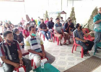 Para petani bertemu dengan Asner Silalahi, Rabu (28/10) sore.
