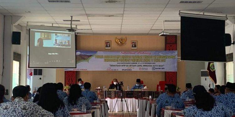 Suasana kegiatan Sosialisasi Impelementasi Peraturan Pengelolaan Keuangan Daerah sesuai di Aula Kantor Bupati Samosir, Selasa (17/11/2020).