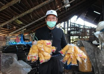 Asner Silalahi menunjukkan kerupuk produksi warga Kelurahan Mekar Nauli.