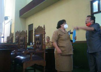 Kabid Anggaran BPKD Kota Siantar, Rosion Hutauruk, tengah berbincang dengan Anggota DPRD Kota Siantar, Baren Alijoyo Purba, sesaat setelah berakhirnya sidang paripurna pengesahan APBD TA 2021, Senin (23/11) sore. Di belakang mereka tampak Sekretaris DPRD Kota Siantar, Wanden Siboro. (isiantar/nda).