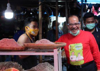 Asner Silalahi saat berkeliling dan menyapa pedagang Pasar Horas, Jumat (5/12/2020).