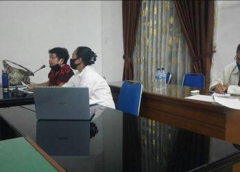 Kartini Batubara mengenakan baju merah bermotif saat mengikuti rapat di ruangan Komisi III. Dalam rapat ini Kartini Batubara mewakili Dinas Kominfo, Sebab Kepala Dinas Kominfo Posma Sitorus baru ditahan oleh kejaksaan terkait kasus korupsi. (Foto/Ist.)