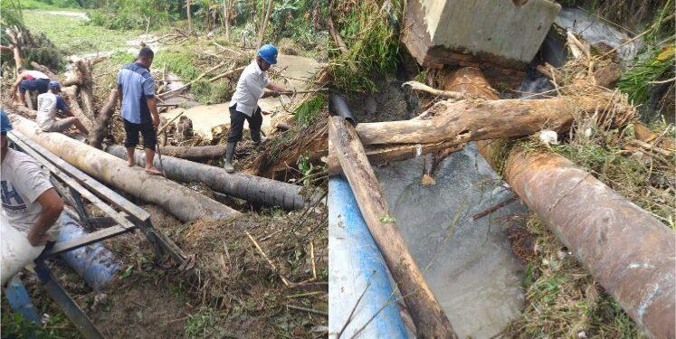 Tampak beberapa diantara pipa distribusi PDAM Tirtauli yang patah akibat diterjang banjir yang terjadi di Panei Tongah pada Senin (11/1) malam.