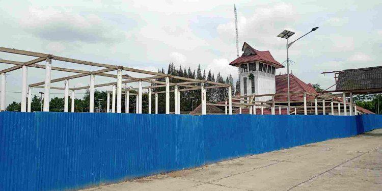 Pagar seng bercat biru tampak menutupi sebagian kompleks Terminal Tanjung Pinggir yang menjadi lokasi pengerjaan proyek, Selasa (9/2) siang. (isiantar/nda).