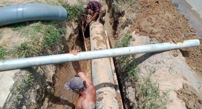 Proses penyambungan pipa baru milik Perumda Tirtauli di tepi Jalan Saribu Dolok, Kecamatan Siantar Marimbun, Selasa (16/2) siang.