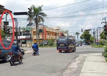 Pengendara menerobos lampu merah di Jalan Pdt Justin Sihombing, Kamis (18/3) siang. (isiantar/nda).