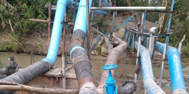 Pipa air di atas Sungai Bahkora yang posisinya akan ditinggikan.
