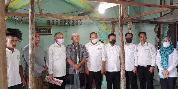 Tim Ramadhan Berbagi Perumda Tirtauli foto bersama dengan pengurus Masjid Masjid Nurul Ikhwan usai menyerahkan tali asih.