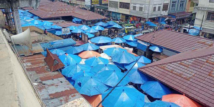 Pemandangan bagian depan Pasar Horas dilihat dari samping kantor direksi PD PHJ, Senin (10/5/2021). (isiantar/nda).