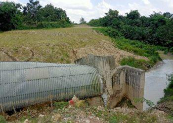 Gorong-gorong yang dibangun tahun 2018 dengan biaya disebut Rp 10 miliar tampak sudah ambruk. Sementara di sekitarnya kondisi proyek outer ring road terlihat kembali mangkrak, Senin (24/5/2021). (isiantar/nda).