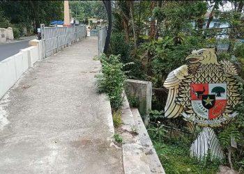Replika Burung Garuda di samping Jembatan dekat rumah dinas walikota Siantar terlihat dalam kondisi memprihatinkan. Selain banyak materialnya yang telah patah dan hancur lokasi tempat berdirinya replika ini telah disesaki sampah dan belukar, Senin (10/5/2021). (isiantar/nda).